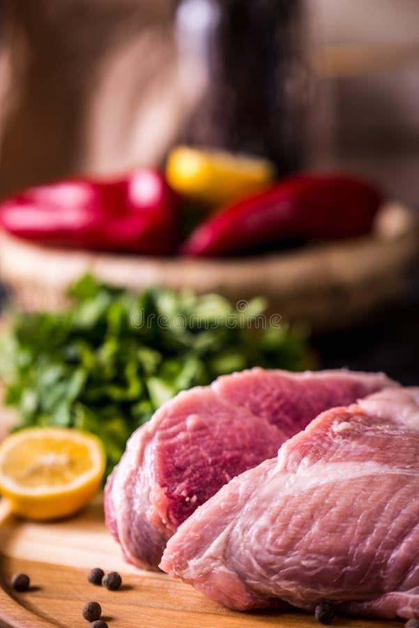 Rohes Schweinefleisch auf einem h?lzernen Brett lizenzfreie stockfotos