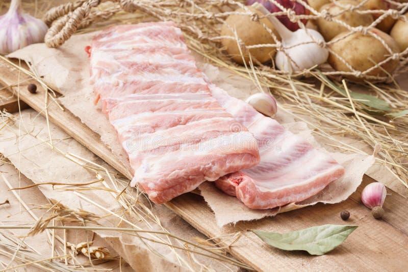 Rohes Schweinefleisch - Rippchen, Schweinrippen Frischfleisch und Bestandteile stockbild
