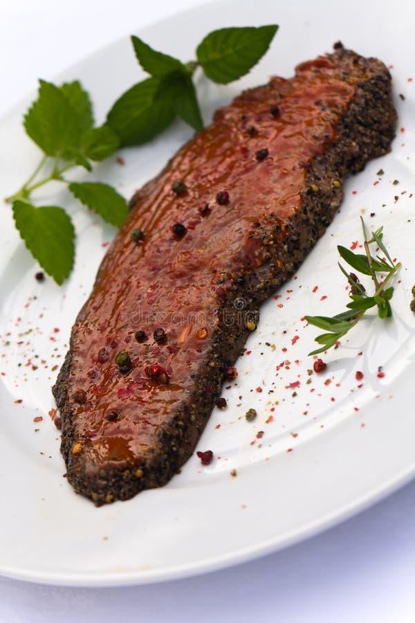 Rohes Steak, mariniert, mit Minze lizenzfreies stockbild