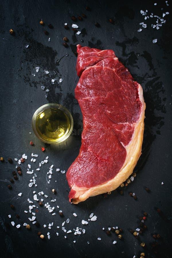 Rohes Steak mit Olivenöl stockfotos
