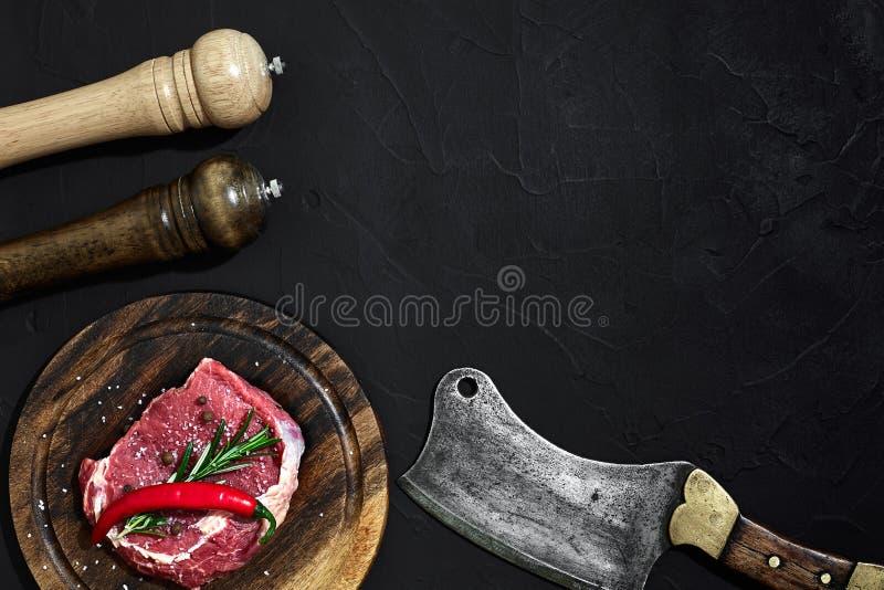 Rohes trockenes Altern des Rindfleischsteaks auf hölzernem Schneidebrett Kopieren Sie Platz stockfotos