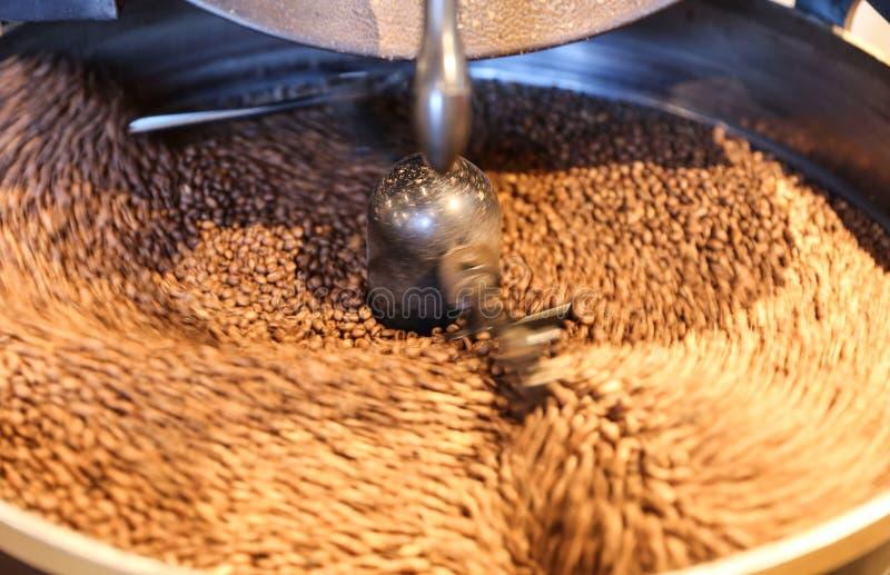 Rohkaffee-Bohnen-Röstung lizenzfreie stockfotos
