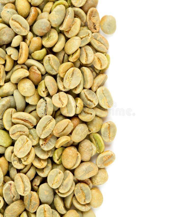 Rohkaffeebohnen lokalisiert auf Weiß lizenzfreie stockfotos