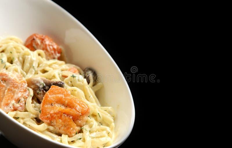 Rohr-förmige Teigwaren Fried Salmon Pennes mit Pilzen Estragon und sahniger Soße des Käses stockfotografie