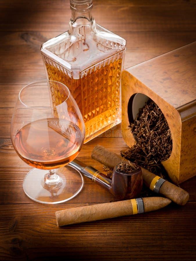 Rohr, kubanische Zigarre und Alkohol stockfotos