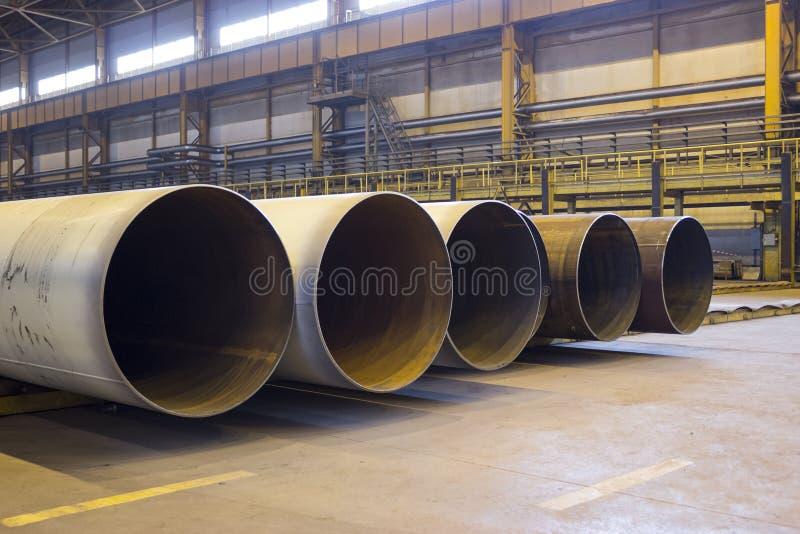 Rohre des großen Durchmessers werden in einem industriellen Fabrikshop gestapelt stockfoto
