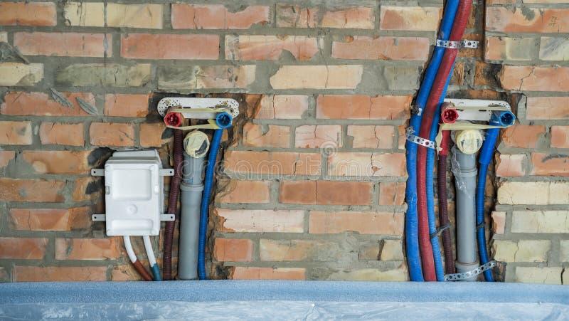 Rohre für heißes und kaltes Wasser und die Abwasserleitungen angebracht in die Wand lizenzfreies stockbild