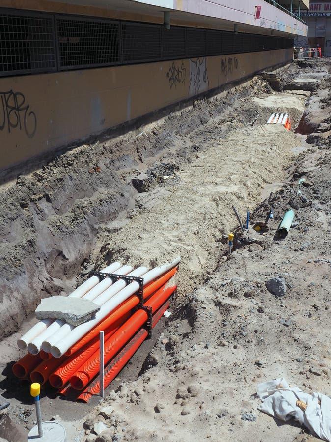 Rohre im Graben an der Baustelle stockfotos