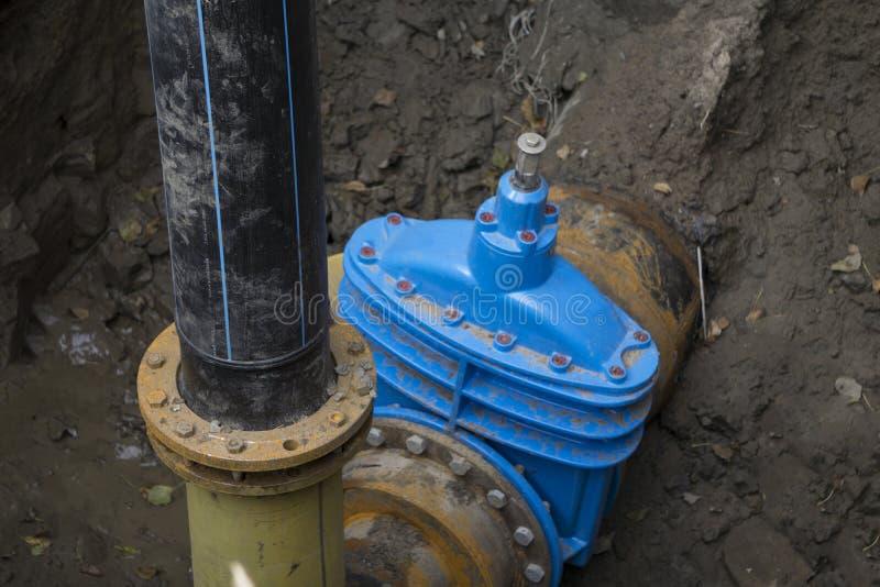 Rohre mit Hitze- und Druck-Sensoren auf Flansch der Wasserleitungsversorgung stockfotos