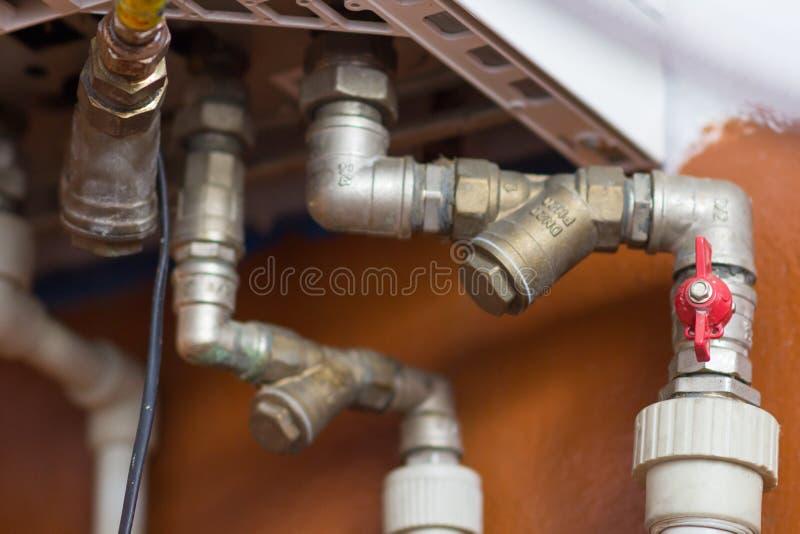 Rohre vom Kessel im Haus stockbild. Bild von wartung - 71729179