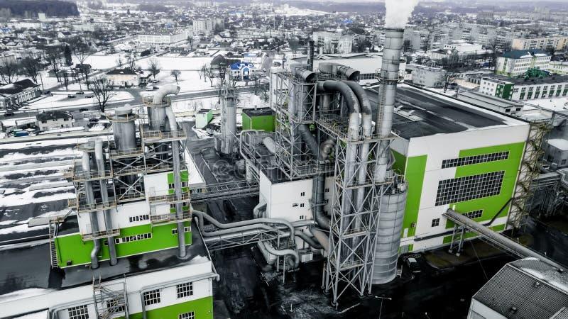 Rohre von Dämmerung der Holzbearbeitungsunternehmensbetriebssägemühle morgens Luftverschmutzungskonzept Industrielandschaft umwel lizenzfreie stockfotos