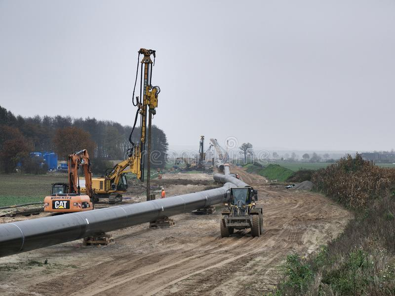 Rohrleitung bereit zum Graben stockfotos
