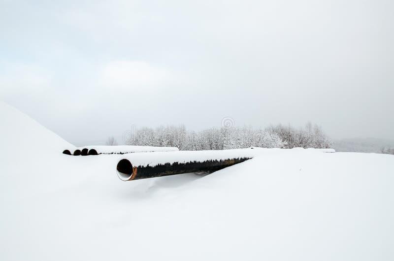Rohrleitung in der Polymerisolierung für Installation im Graben Stunden und Landschaft lizenzfreie stockbilder