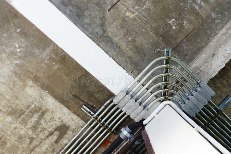 Rohrleitung für elektrischen Draht, das an der Decke installieren lizenzfreie stockfotografie
