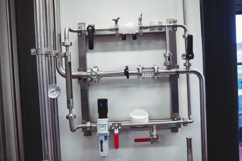 Rohrleitung gegen Wand stockfotos