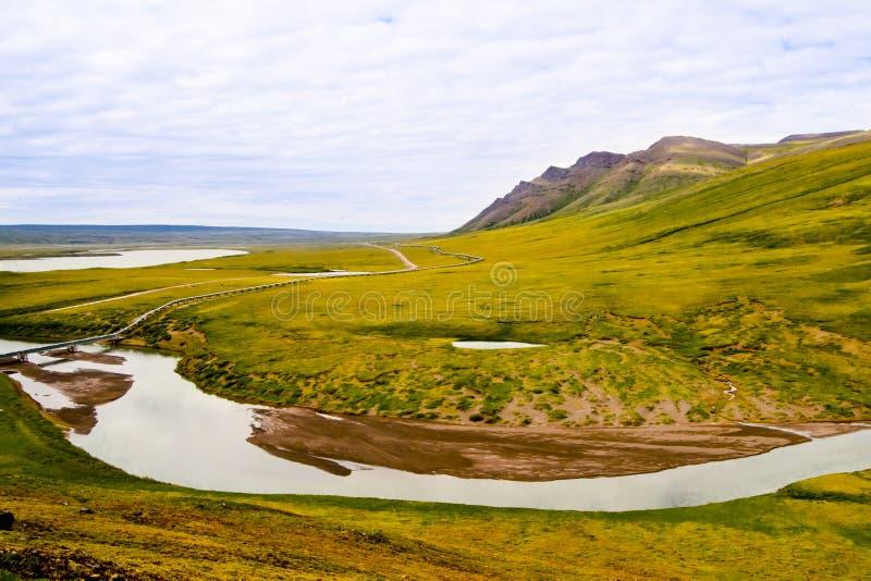 Rohrleitung und gebogener Fluss stockfotos