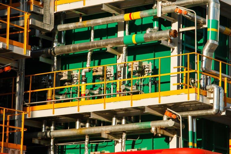 Rohrleitungen der Raffineriefabrik und -isolierung am Industriegebiet lizenzfreie stockfotos