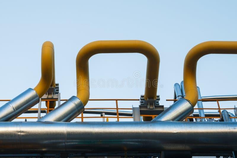 Rohrleitungen der Raffineriefabrik und -isolierung am Industriegebiet stockfotografie