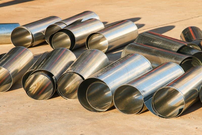 Rohrleitungen der Raffineriefabrik und -isolierung am Industriegebiet lizenzfreie stockbilder