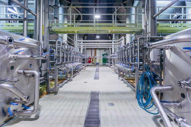 Rohrleitungs- und Ventilsystem in der Brauerei für Verteilung und Transport von Bestandteilen lizenzfreies stockbild