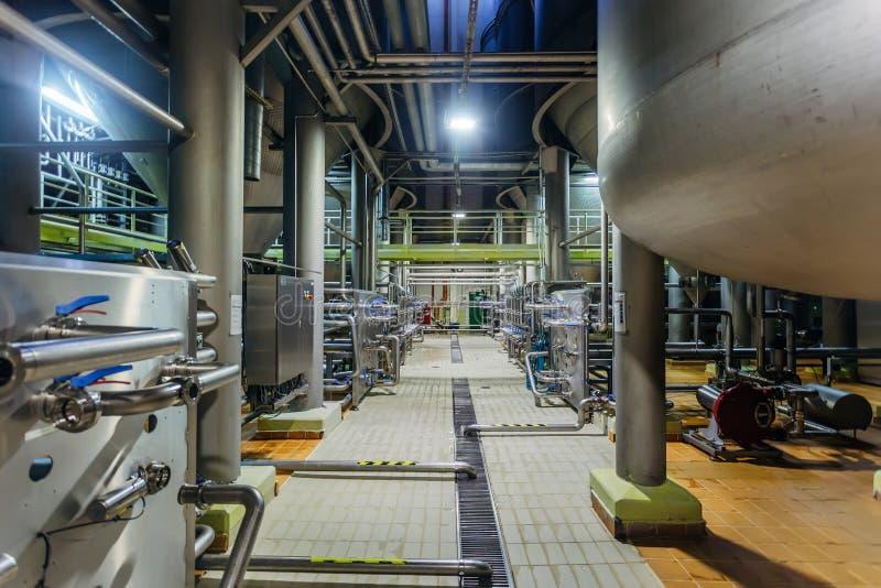 Rohrleitungs- und Ventilsystem in der Brauerei für Verteilung und Transport von Bestandteilen lizenzfreie stockfotografie