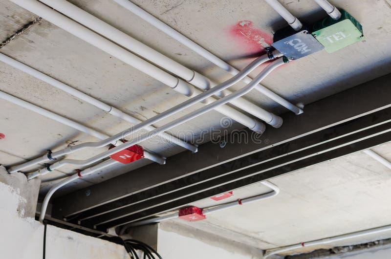 Rohrleitungssystem auf Decke stockbild