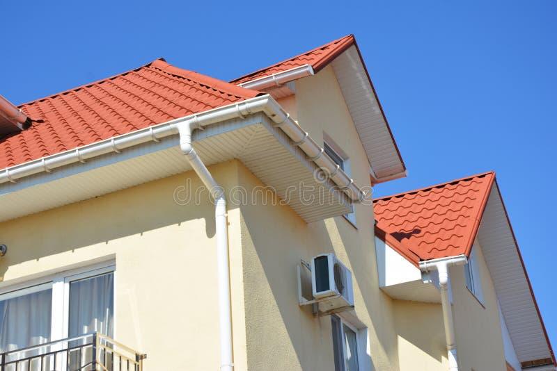 Rohrleitungssystemproblemkreis des Dachs guttering install stockfotografie