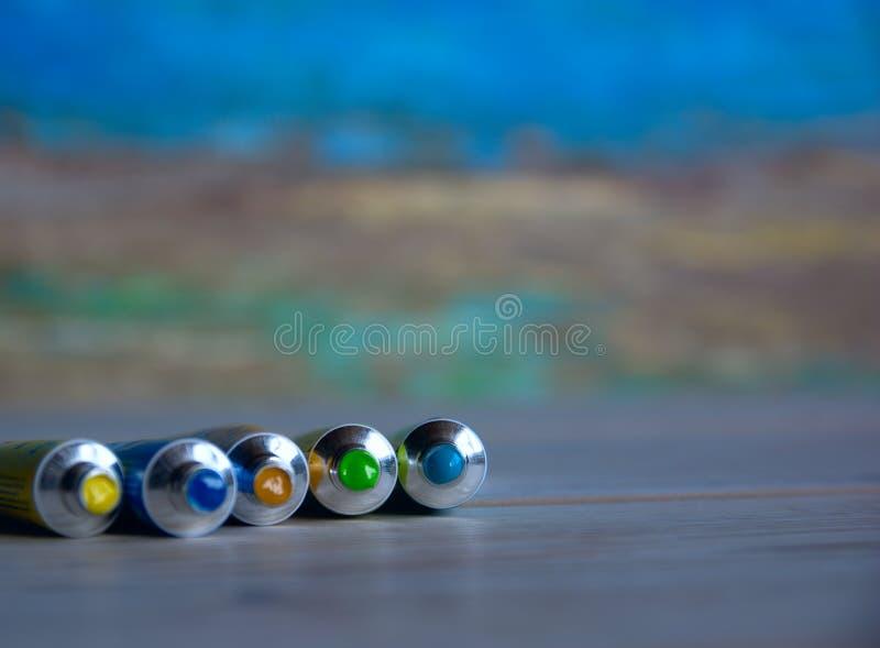 Rohrnahaufnahme mit den hellen mehrfarbigen Aquarellen blau, gelbe, grüne Schatten Guter Hintergrund für Kunstveröffentlichungen lizenzfreie stockbilder