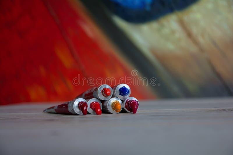 Rohrnahaufnahme mit roten Schatten der hellen mehrfarbigen Aquarelle Guter Hintergrund für Kunstveröffentlichungen stockfotos