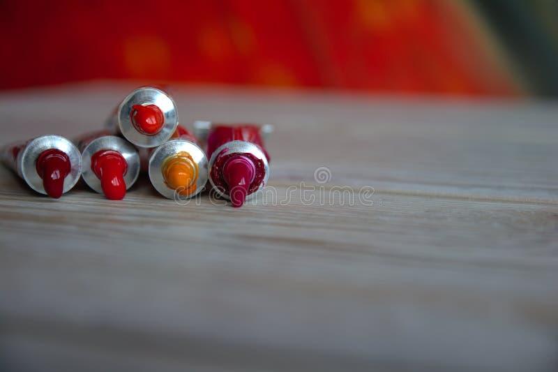Rohrnahaufnahme mit roten Schatten der hellen mehrfarbigen Aquarelle Guter Hintergrund für Kunstveröffentlichungen stockfotografie