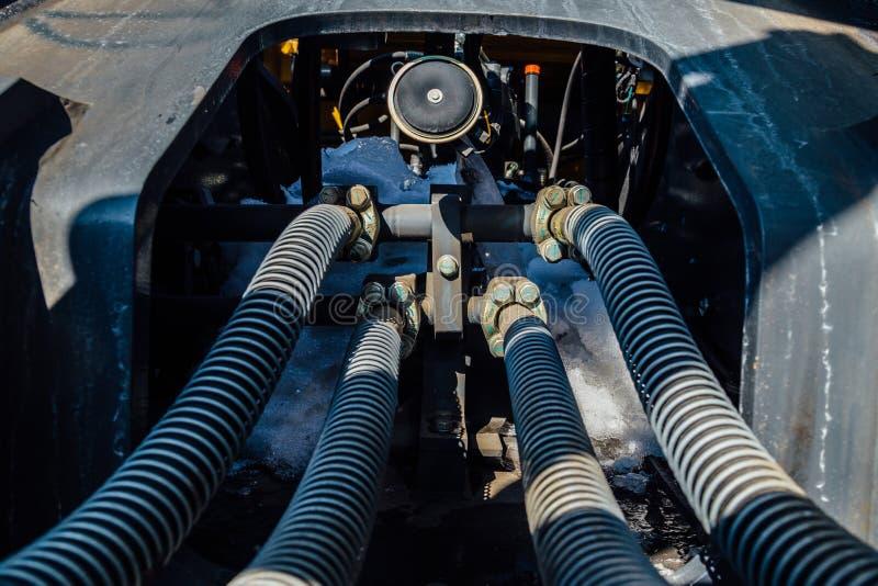 Rohrsystem des hydrostatischen Druckes der Maschinerie schloss durch Flansch an Bolzen und an nuts Befestiger im Traktor oder in  lizenzfreie stockfotos