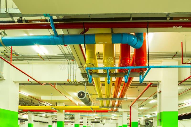 Rohrsysteme, Rohrleitungsfeuerlöschwasser auf industriellem buildin lizenzfreie stockfotos