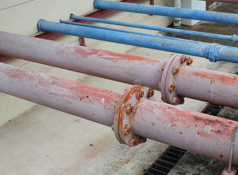 Rohrverbinder und rostiger Wasserklempnerarbeitstahl industriell stockfoto