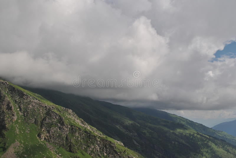 Rohtang przepustka chmurnieje całujący góry obraz stock