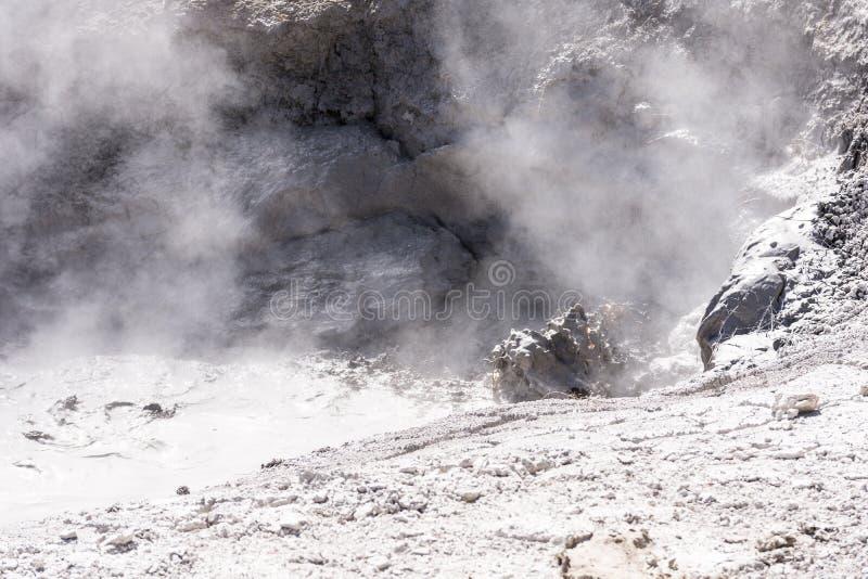 Roić się borowinową jamę w Yellowstone parku narodowym obrazy stock