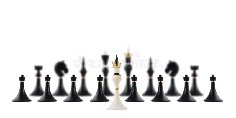Roi blanc d'échecs vis-à-vis le noir ceux photos libres de droits