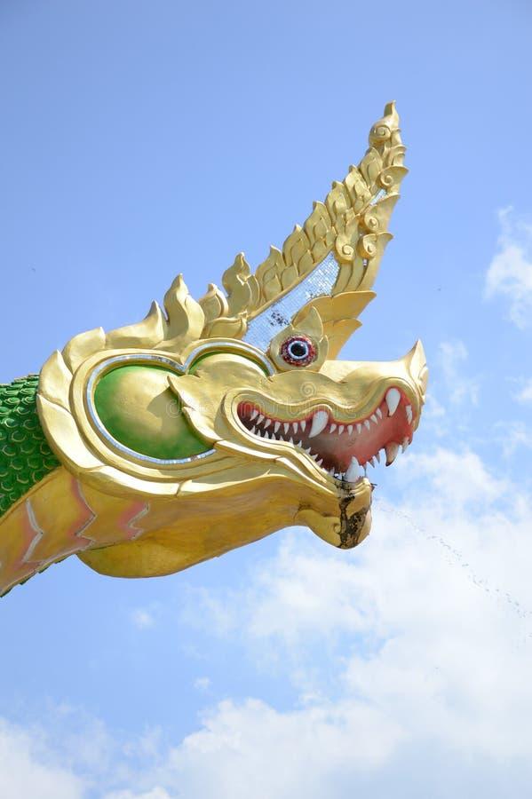 Roi de statue de naga sur le ciel bleu photos libres de droits