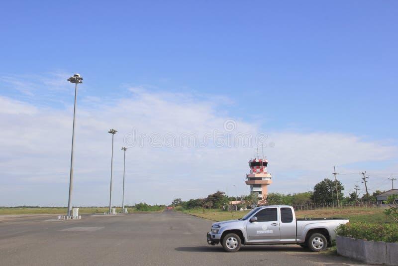 ROI ET, ТАИЛАНД - NOV01, 2015: Взлётно-посадочная дорожка Roi Et авиапорта малого стоковые фото