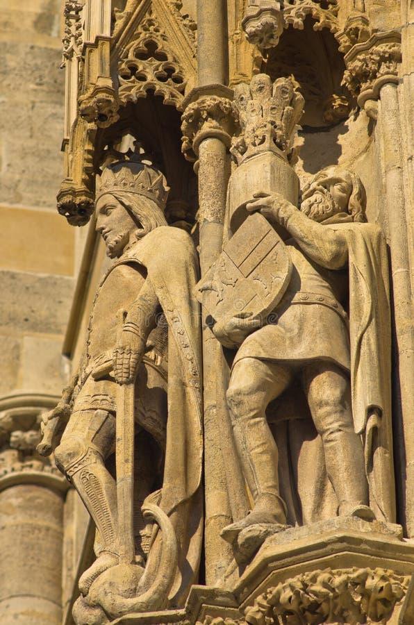 Roi et chevalier, détail de l'extérieur de St Stephen catedral au centre ville de Vienne images stock