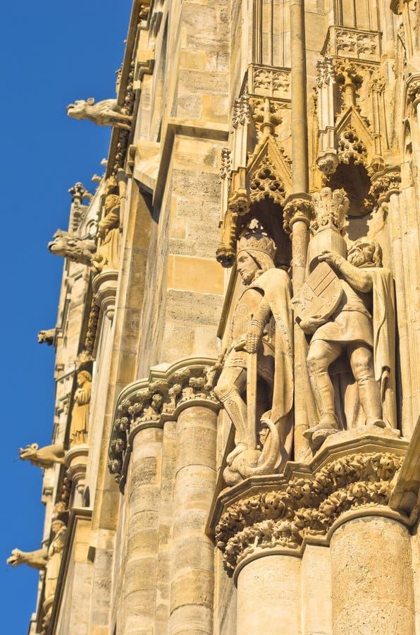 Roi et chevalier, détail de l'extérieur de St Stephen catedral au centre ville de Vienne photo stock