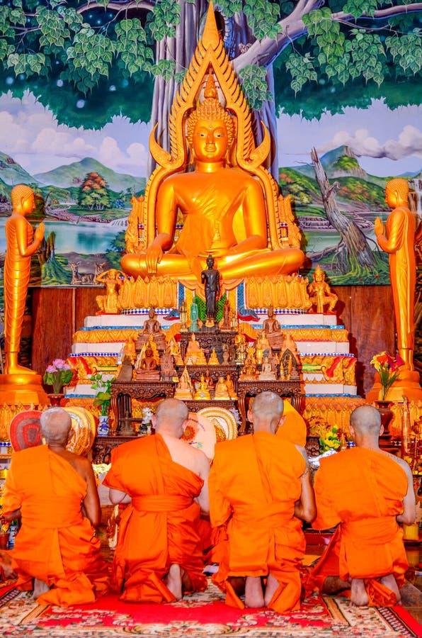 Roi Et, Tailandia - octubre 29,2018: Ordenación en el festival del mérito Es una tradición que ocurre en Tailandia fotografía de archivo