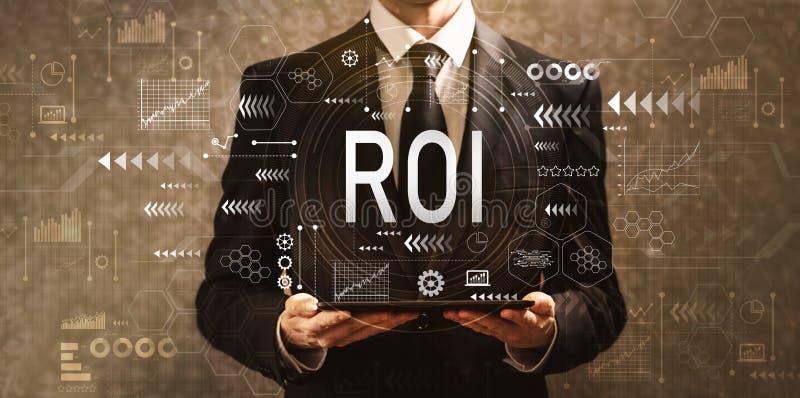 ROI met zakenman die een tabletcomputer houden royalty-vrije illustratie