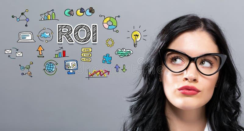 ROI mit junger Geschäftsfrau lizenzfreie stockbilder