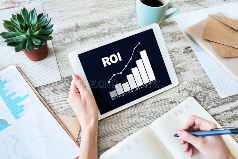 ROI, retorno sobre o investimento, negócio e conceito financeiro imagem de stock