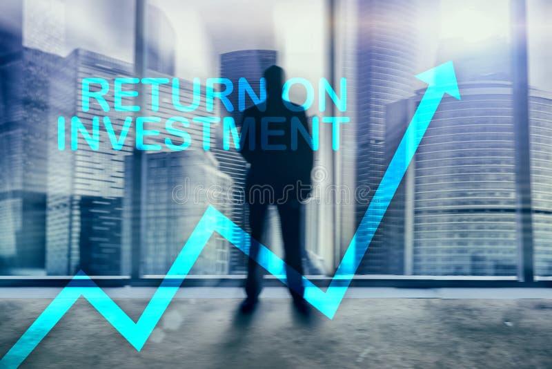 ROI - wskaźnik rentowności Akcyjny handel i pieniężny wzrostowy pojęcie na zamazanym centrum biznesu tle obrazy stock