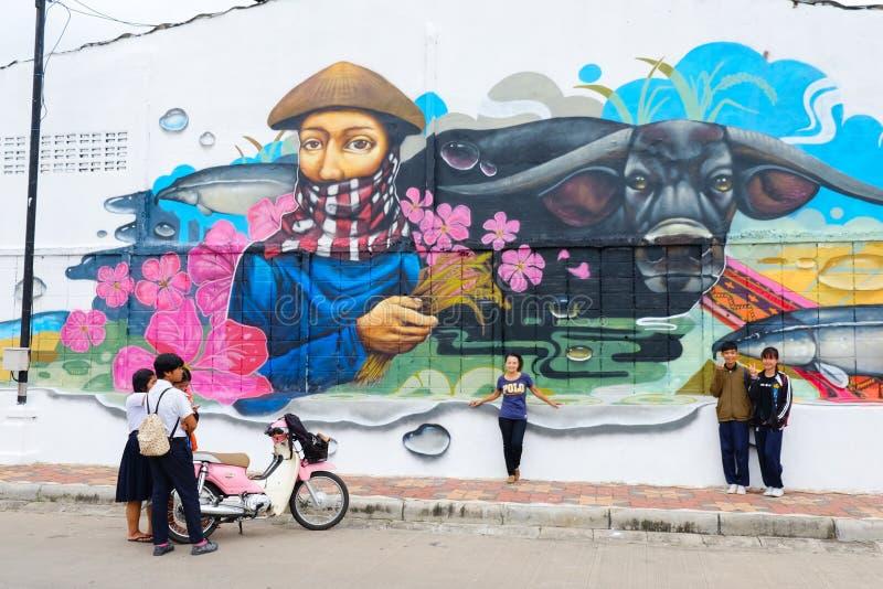 Roiet, Thaïlande - 29 août 2017 : Les gens visitant l'art de rue de ville de Roiet, art de graffiti créé dans des emplacements pu photos libres de droits