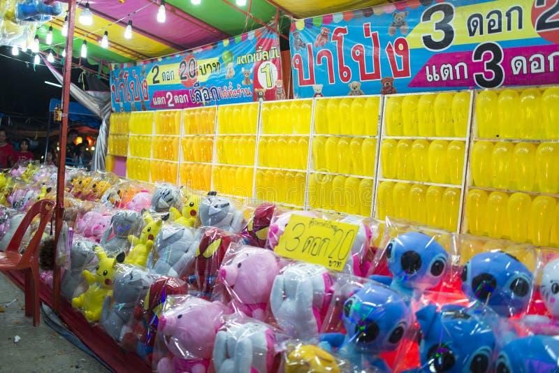 Roiet, Thaïlande - 20 février 2018 : : Jeu de dards de ballons à photo libre de droits