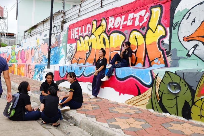 Roiet, Thailand - 29. August 2017: Leute, die öffentlich Roiet-Stadt Straßenkunst, geschaffene Standorte der Graffiti Kunst nahe  lizenzfreie stockfotos