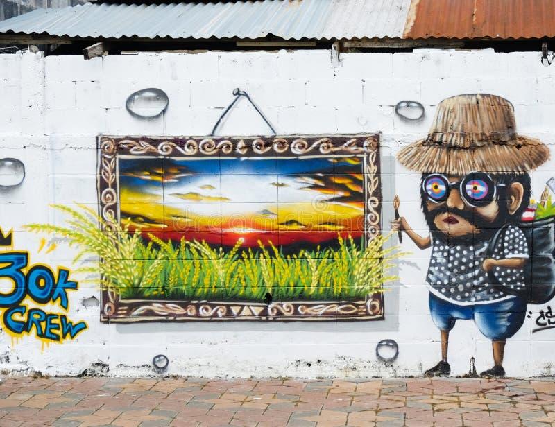 Roiet, Thailand - 29. August 2017: Leute, die öffentlich Roiet-Stadt Straßenkunst, geschaffene Standorte der Graffiti Kunst nahe  lizenzfreies stockbild