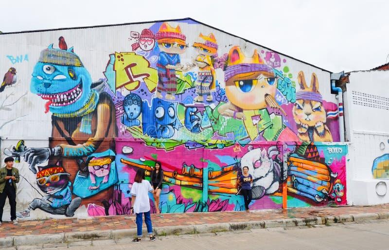 Roiet, Thailand - 29. August 2017: Leute, die öffentlich Roiet-Stadt Straßenkunst, geschaffene Standorte der Graffiti Kunst nahe  stockfotos